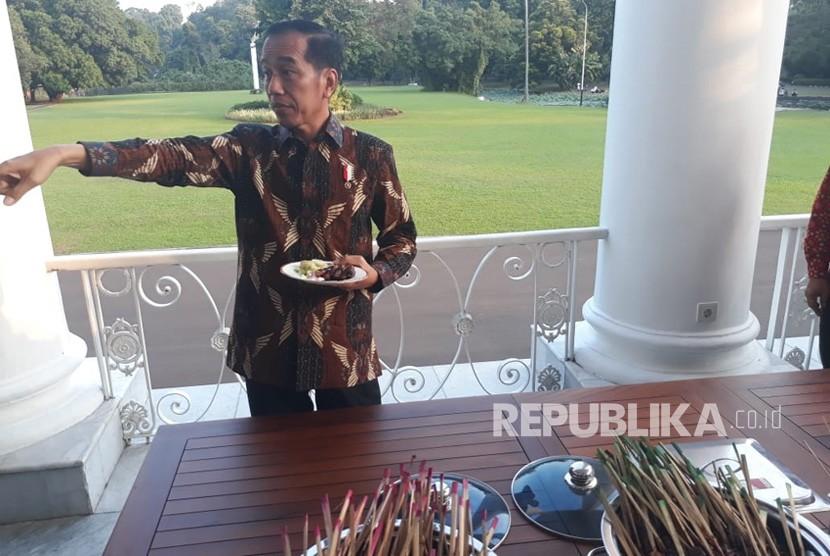 Presiden Jokowi mengajak sejumlah Bupati mencicipi hidangan Sate dan Bakso di Istana Kepresidenan, Bogor, Kamis (5/7).