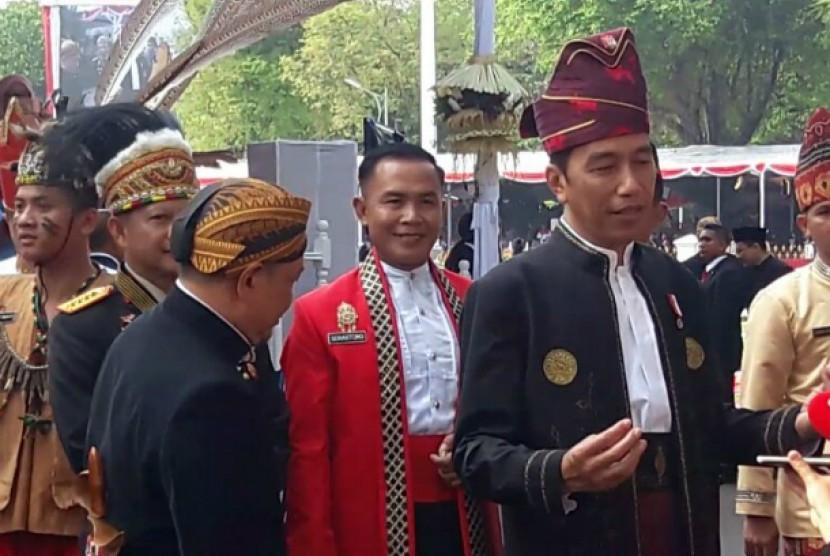 Presiden Jokowi mengenakan pakaian adat Kalsel saat upacara peringatan HUT ke-72 RI di Istana Negara