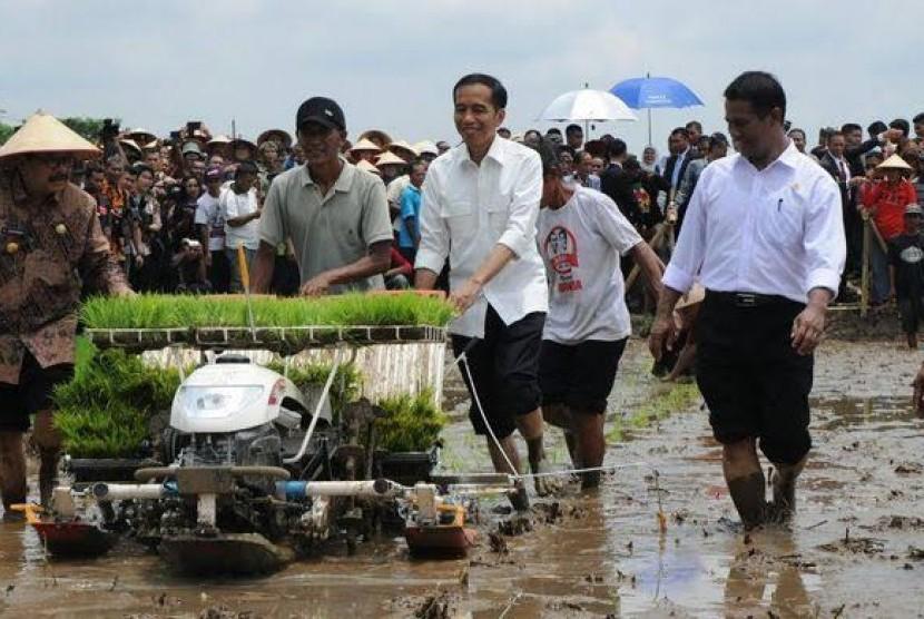 Presiden Jokowi menggunakan alsintan saat menanam padi didampingi Mentan Andi Amran Sulaiman