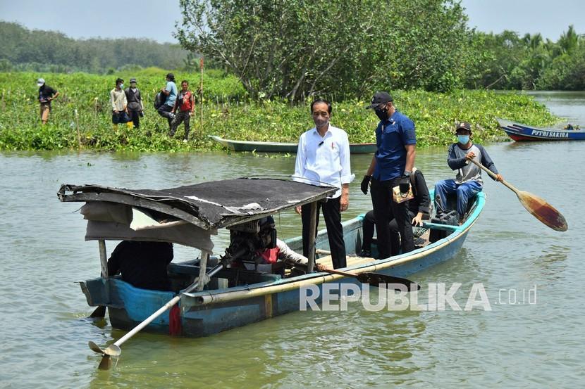Presiden Jokowi menggunakan perahu saat melakukan penanaman mangrove beberapa waktu lalu.