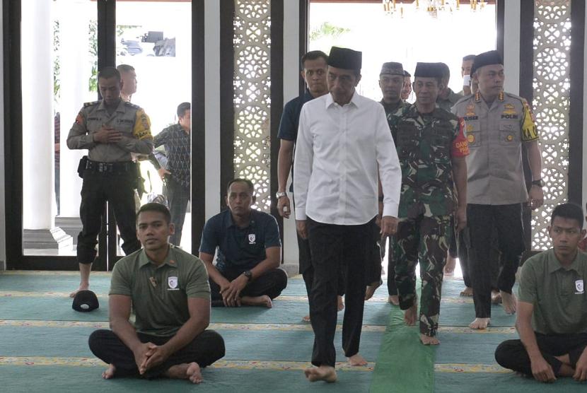 Presiden Jokowi menghabiskan hari Jumat (19/4) dengan beristirahat di kediamannya di Istana Bogor.