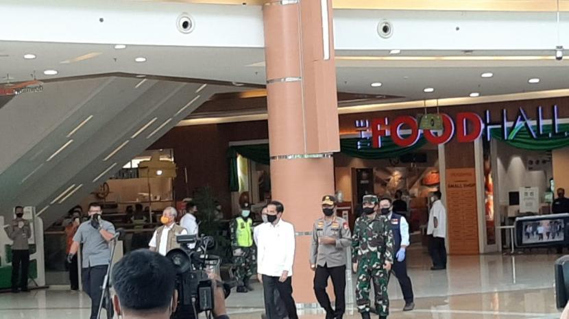 Presiden Jokowi meninjau kesiapan prosedur kenormalan baru di Mal Summarecon, Bekasi, Jawa Barat, Selasa (26/5).