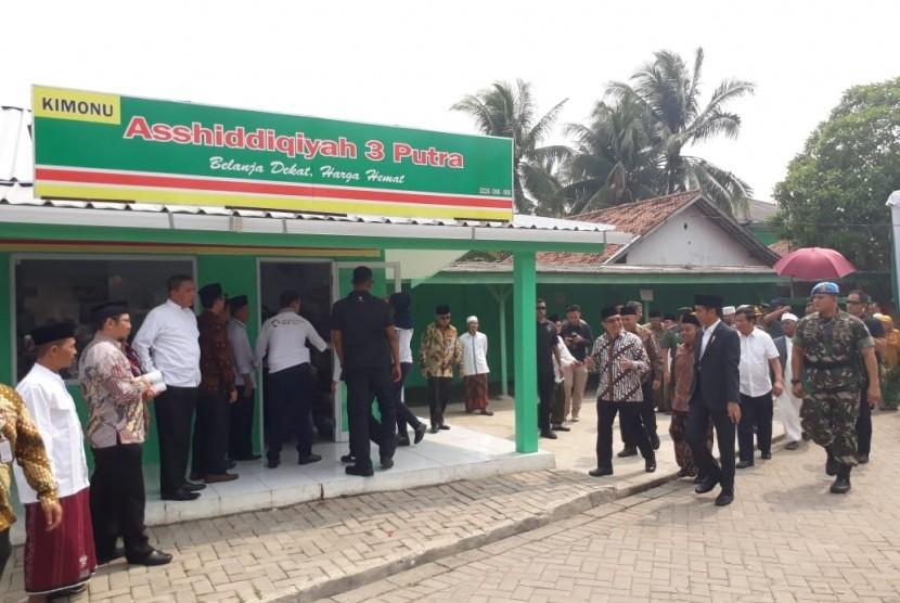 Presiden Jokowi meninjau Kois Modern NU (Kimonu) yang berada di pondok pesantren Asshidiqqiyah 3, Kabupaten Karawang, Rabu (6/6).