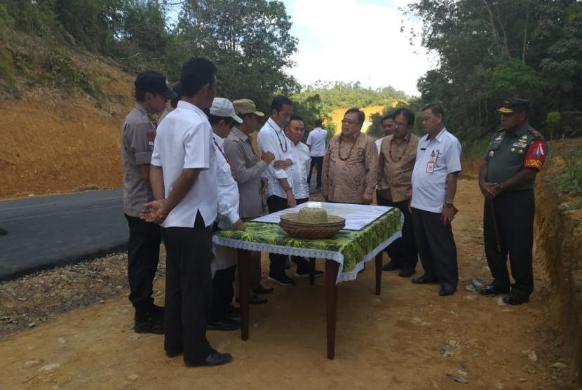 Presiden Jokowi meninjau lokasi calon ibu kota baru di Kabupaten Gunung Mas, Kalimantan Tengah, Rabu (8/5).