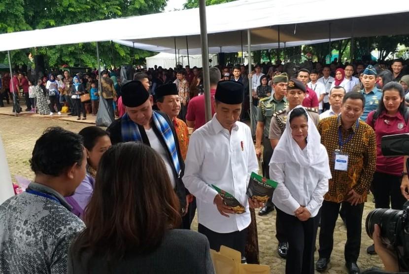 Presiden Jokowi meninjau program Mekaar di Bekasi, Jumat (25/1).