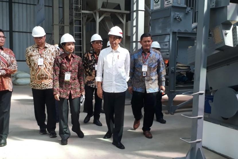 Presiden Jokowi meninjau Sentra Pengolahan Beras Terpadu (SPBT) Sliyeg, Kabupaten Indramayu, Kamis (7/6).