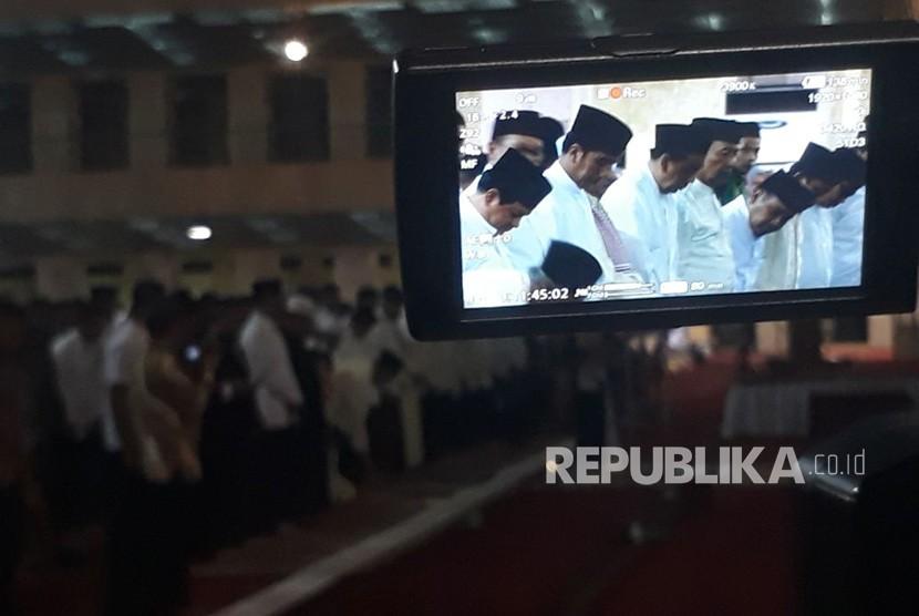 Presiden Jokowi menjalankan salat tarawih pertama di Masjid Istiqlal, Rabu (16/5).