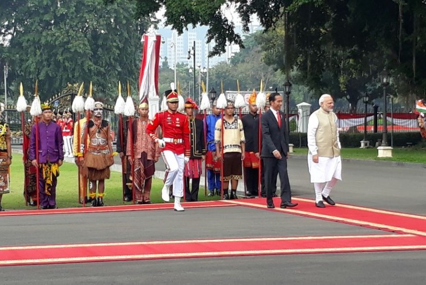 Presiden Jokowi menyambut kehadiran PM India Narendra Modi di halaman Istana Merdeka, Jakarta Pusat, Rabu (30/5).