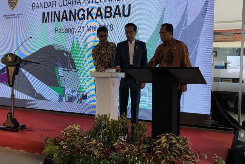 Presiden Jokowi meresmikan kereta api Bandara Internasional Minangkabau di Padang Pariaman, Senin (21/5).