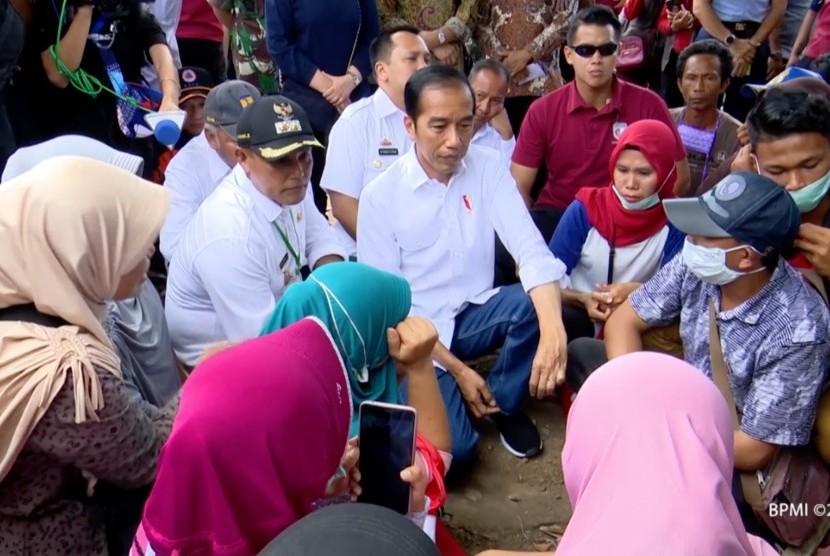 Presiden Jokowi saat menemui warga terdampak tsunami di Lampung Selatan.