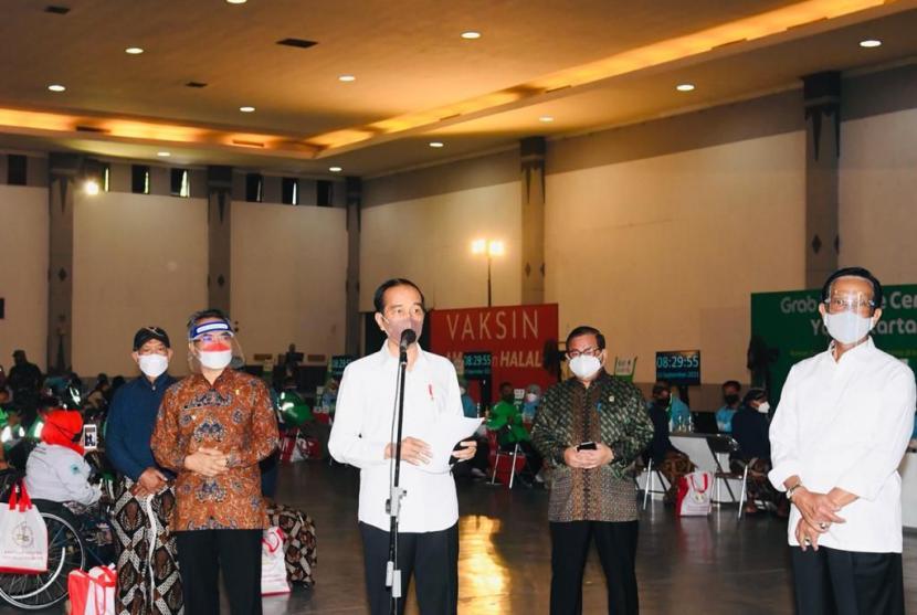 Presiden Jokowi saat meninjau kegiatan vaksinasi Covid-19 di Jogja Expo Center, Bantul, DIY, Jumat (10/9).