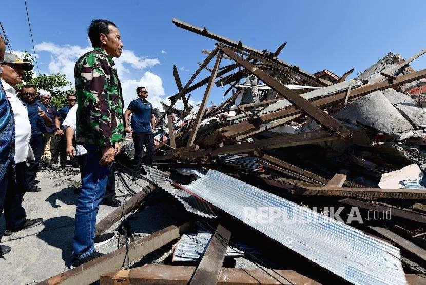 Presiden Jokowi saat meninjau lokasi bencana gempa dan tsunami di Palu, Sulawesi Tengah