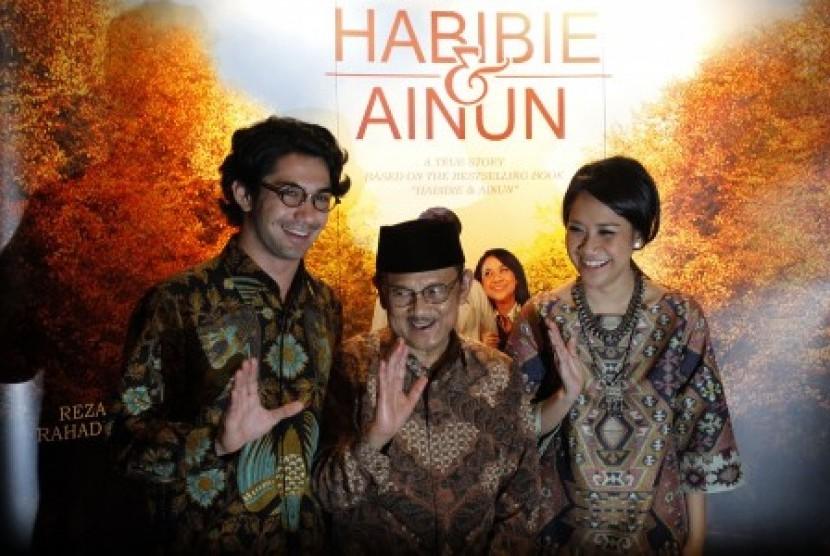 Presiden ke-3 RI Bacharuddin Jusuf Habibie (tengah) bersama aktor pemeran Habibie, Reza Rahadian (kiri) dan aktris pemeran Ainun, Bunga Citra Lestari (kanan) berfoto bersama seusai menyaksikan tayangan perdana dari film 'Habibie & Ainun' bersama Presiden Y