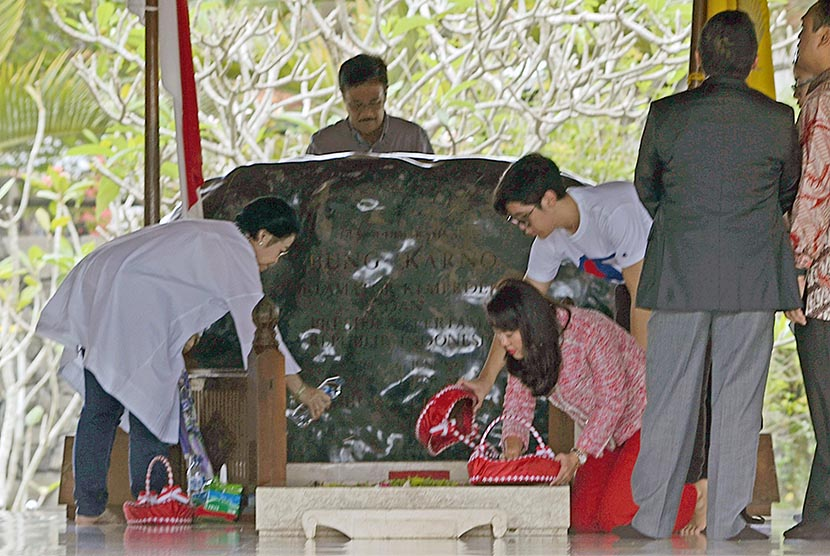 Presiden ke-5 RI yang juga Ketua Umum PDI Perjuangan Megawati Soekarno Putri (Kiri) menaburkan bunga usai memanjatkan doa di pusara makam Presiden Pertama Soekarno di Blitar, Jawa Timur, Senin (24/4).