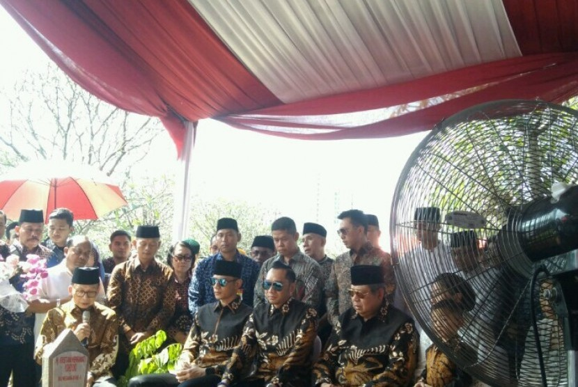 Presiden ke-6 Susilo Bambang Yudhoyono (SBY) dan keluarga saat berziarah ke makam almarhumah istrinya, Ani Yudhoyono di Blok M 129, TMP Kalibata, Jakarta Selatan, Rabu (5/6).