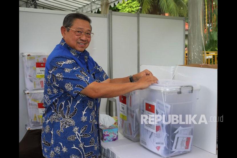 Presiden keenam RI Susilo Bambang Yudhoyono (SBY)  menggunakan hak pilihnya untuk Pemilu 2019 di National University Hospital Singapura, Ahad (14/4).