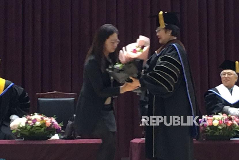 Presiden Kelima RI, Megawati Soekarno Putri dianugerahi Doktor HC keenam, di bidang ekonomi oleh Mokpo National University Korsel.