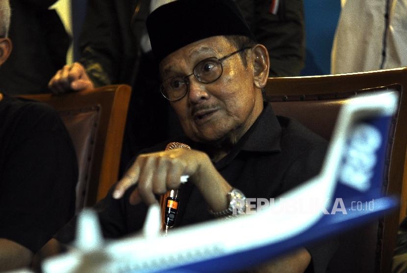 Presiden Ketiga Republik Indonesia Bacharuddin Jusuf Habibie memberikan ketengan kepada wartawan saat konferensi pers kampanye galangan dukungan pesawat R80 di kediamannya di Patra Kuningan, Jakarta, Kamis (28/9).