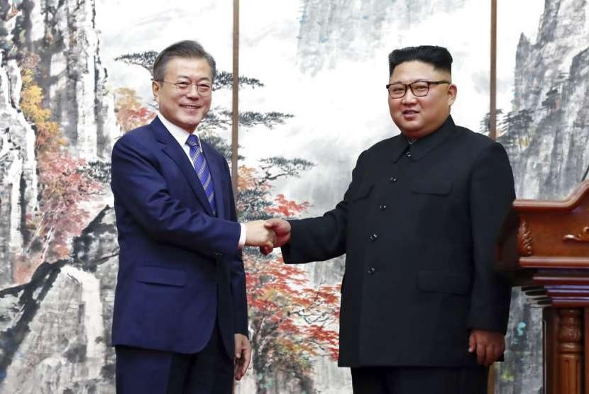 Presiden Korea Selatan Moon Jae-in bersalaman dengan pemimpin tertinggi Korea Utara Kim Jong-un di Pyongyang, Rabu (19/8).