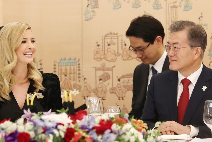 Presiden Korea Selatan Moon Jae-in (kanan) berbicara dengan Ivanka Trump.