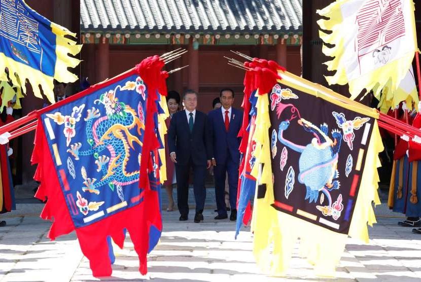 Presiden Korea Selatan Moon Jae-in (tengah kiri) dan Presiden Indonesia Joko Widodo (tengah kanan) menginspeksi penjaga kehormatan saat upacara penyambutan di istana Changdeokgung di Seoul, Korea Selatan, Senin (10/9).