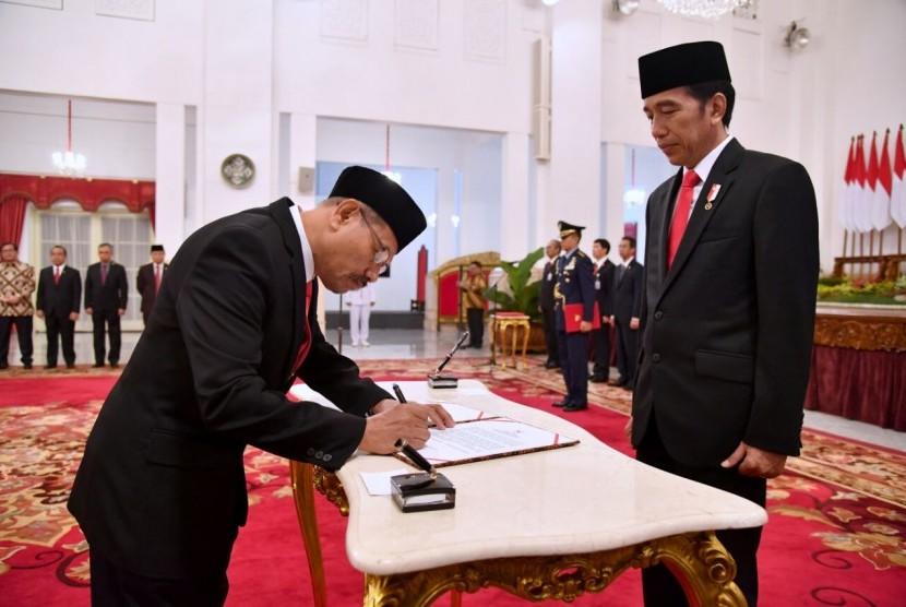 Presiden melantik Muhammad Akhyar Adnan sebagai anggota Badan Pengelolaan Keuangan Haji (BPKH).