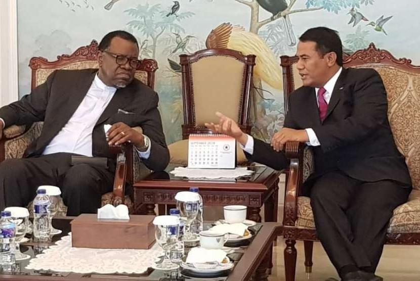 Presiden Namibia, Hage Gottfried Geingob (kiri) bertemu Menteri Pertanian Indonesia, Amran Sulaiman (kanan)