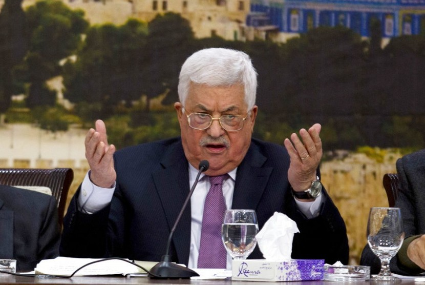 Presiden Palestina Mahmoud Abbas berbicara dalam pertemuan Dewan Pusat Organisasi Pembebasan Palestina di Ramallah, Ahad (14/1).