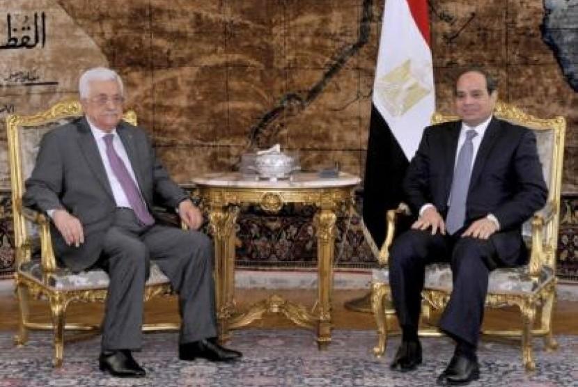 Presiden Palestina Mahmoud Abbas dan koleganya Presiden Mesir, Abdel Fattah al-Sisi