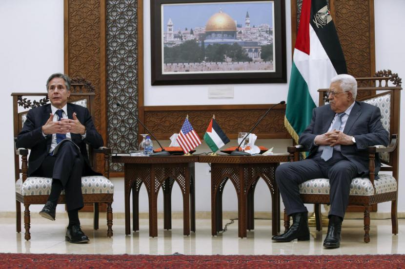 Presiden Palestina Mahmoud Abbas (kanan) dan Menlu AS Antony Blinken dalam konferensi pers di Ramallah, Selasa (25/5).