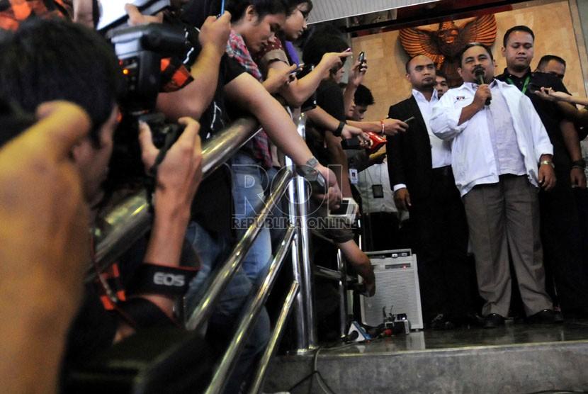 Presiden Partai Keadilan Sejahtera Luthfi Hasan Ishaaq, memberikan keterangan pers di Gedung Komisi Pemberantasan Korupsi (KPK),Jakarta, Kamis (31/1).   (Republika/ Tahta Aidilla)
