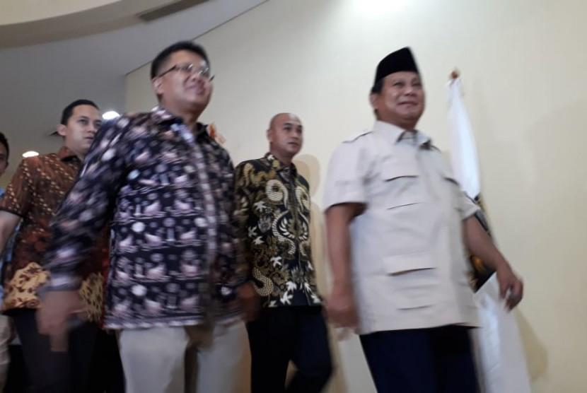 Presiden PKS Sohibul Imam mendampingi Capres 02 Prabowo Subianto keluar kantor DPP PKS pada Rabu, (8/5). Keduanya usai bertemu membahas hasil Pilpres 2019.