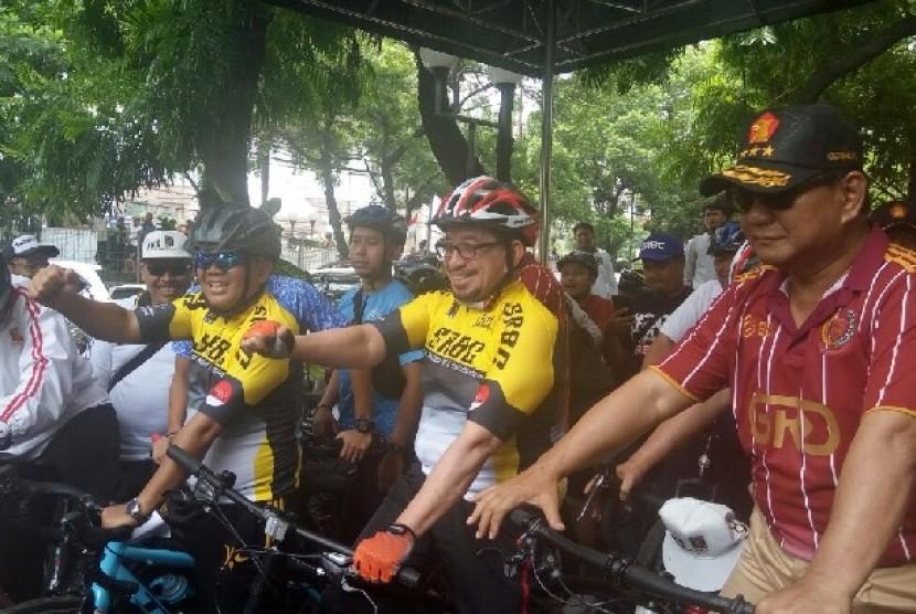 Presiden PKS Sohibul Iman menjemput Ketua Umum Partai Gerindra Prabowo Subianto di kantor DPP Gerindra, Jakarta Selatan, Sabtu (21/4) untuk turut bersepeda memeriahkan Road Bike PKS Tour de Jakarta 2018.