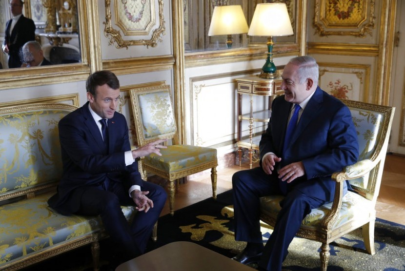 French President Emmanuel Macron (left) talks to Israeli PM Benjamin Netanyahu at Elysee Palace in Paris, France, on Sunday (December 10). Macron stated his refusal to recognize Jerusalem as Israel's capital.