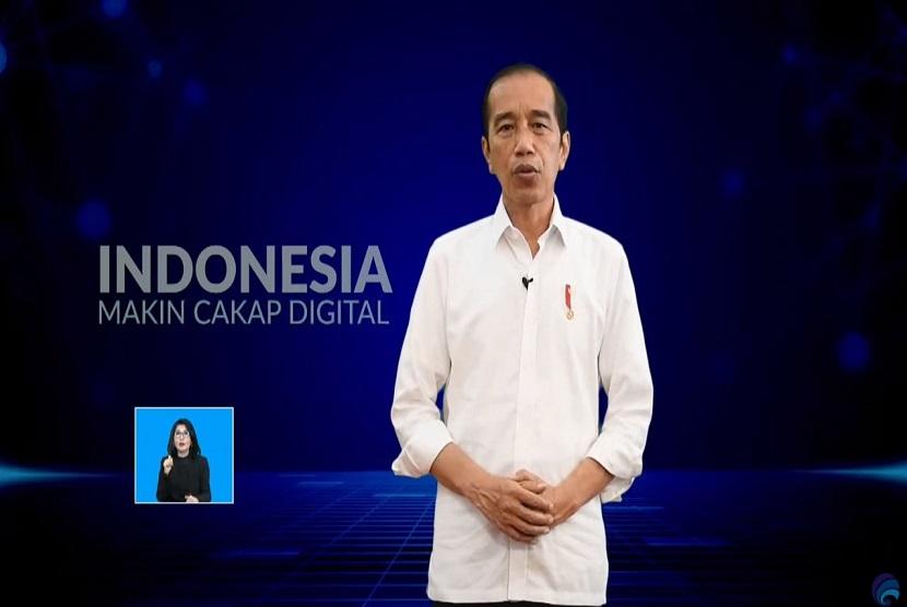 """Presiden Republik Indonesia Joko Widodo mengatakan bahwa internet harus bisa meningkatkan produktivitas masyarakat sehingga dapat memberi nilai tambah secara intelektualitas, sosial, kultural dan ekonomi. Hal tersebut disampaikannya pada peluncuran program Literasi Digital Nasional dengan tema """"Indonesia Makin Cakap Digital"""" secara virtual pada Kamis (20/5) di Jakarta."""