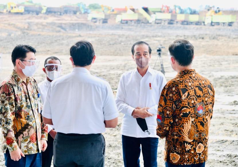 Presiden Republik Indonesia Joko Widodo (Jokowi), dua kanan.