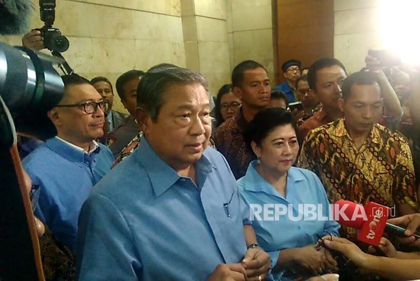 Presiden Republik Indonesia ke-6 Susilo Bambang Yudhoyono bersama Ani Yudhoyono usai melaporkan Kuasa Hukum terdakwa kasus Korupsi KTP Elektronik Setya Novanto, Firman Wijaya di Bareskrim Polri, Jakarta. Selasa (6/2).