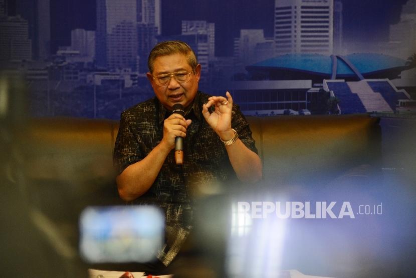 Presiden ke-6 Republik Indonesia Susilo Bambang Yudhoyono memberikan keterangan kepada awak media di Wisma Proklamasi, Jakarta, Rabu (1/2).