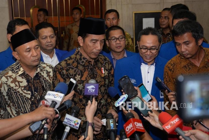 Presiden RI Joko Widodo (kedua kiri), bersama Ketum DPP PAN Zulkifli Hasan (kedua kanan) memberikan keterangan kepada wartawan seusai pembukaan Rapimnas Partai Amanat Nasional (PAN) di Jakarta, Ahad (13/11).