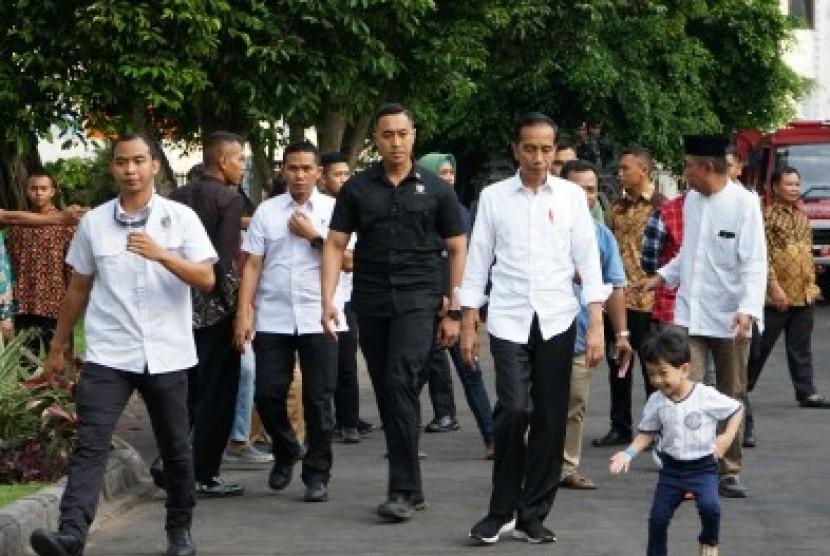 Presiden RI Joko Widodo (ketiga kanan) bersama cucunya Jan Ethes (kanan).