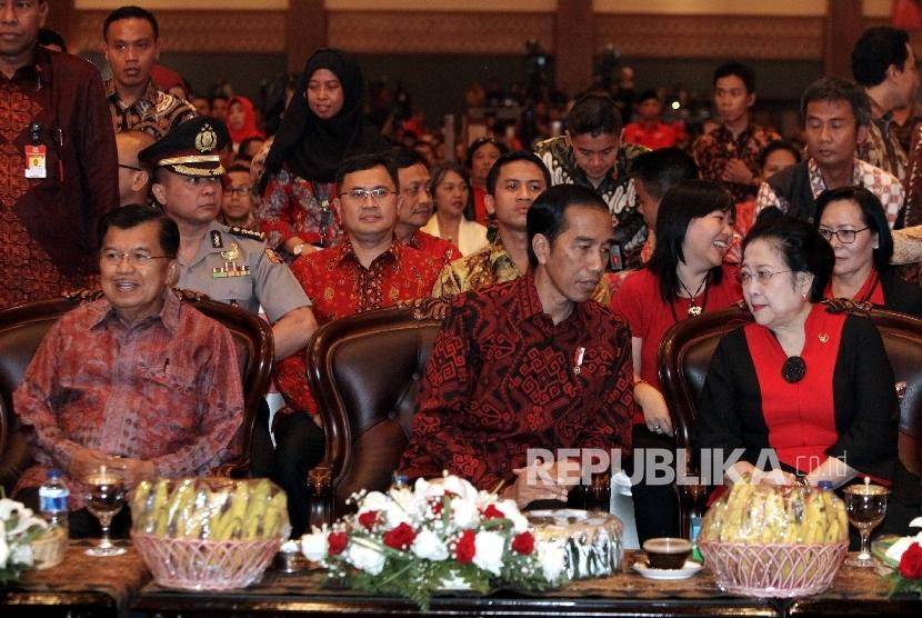 Presiden RI Joko Widodo (tengah), bersama Wakil Presiden RI Jusuf Kalla (kiri), dan Ketua Umum PDI Perjuangan Megawati Soekarnoputri (kanan)saat menghadiri HUT ke-44 PDIP di Jakarta Convention Center (JCC), Jakarta, Selasa (10/1).