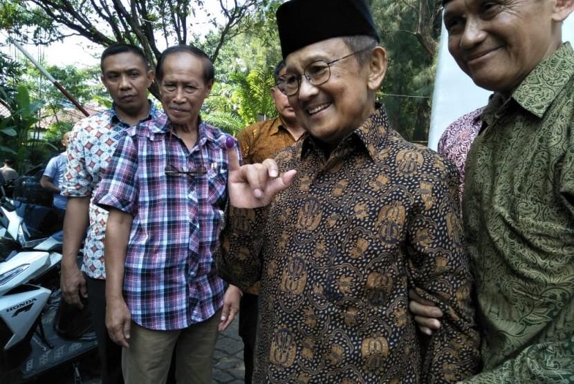 Presiden RI Ke-3 B.J Habibie saat menggunakan hak pilihnya di TPS 10 Kuningan Timur, Jakarta Selatan, Rabu (17/4).