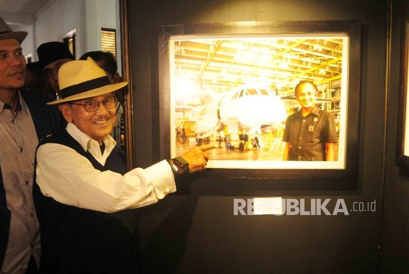 Presiden RI ke-tiga BJ Habibie meninjau pameran foto Cinta Sang Inspirator Bangsa Kepada Negeri di Museum Bank Mandiri, Jakarta, Ahad (24/7). (Republika/Agung Supriyanto)