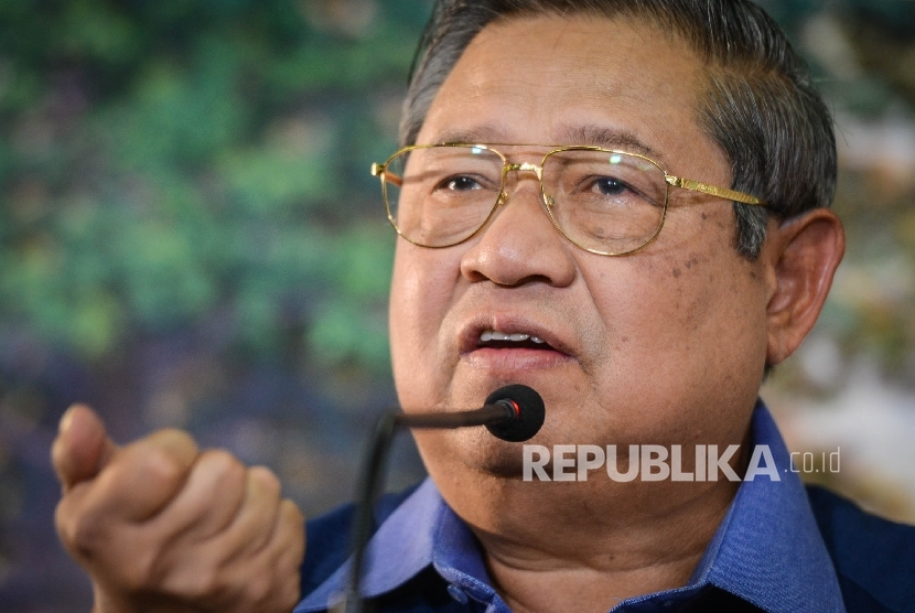 Presiden RI keenam yang juga Ketua Umum Partai Demokrat Susilo Bambang Yudhoyono (SBY) memberikan pemaparan saat menggelar jumpa pers di kediamannya, Puri Cikeas, Kabupaten Bogor, Jawa Barat, Rabu (2/11).