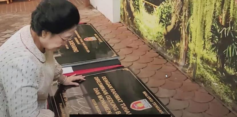 Presiden RI Kelima Megawati Soekarnoputri, meresmikan rumah adat atau baileo, jalan, dan monumen Bung Karno.