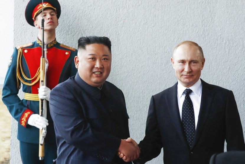 Presiden Rusia Vladimir Putin bersalaman dengan Pemimpin Korea Utara (Korut) Kim Jong-un di Vladivostok, Rusia, Kamis (25/4).