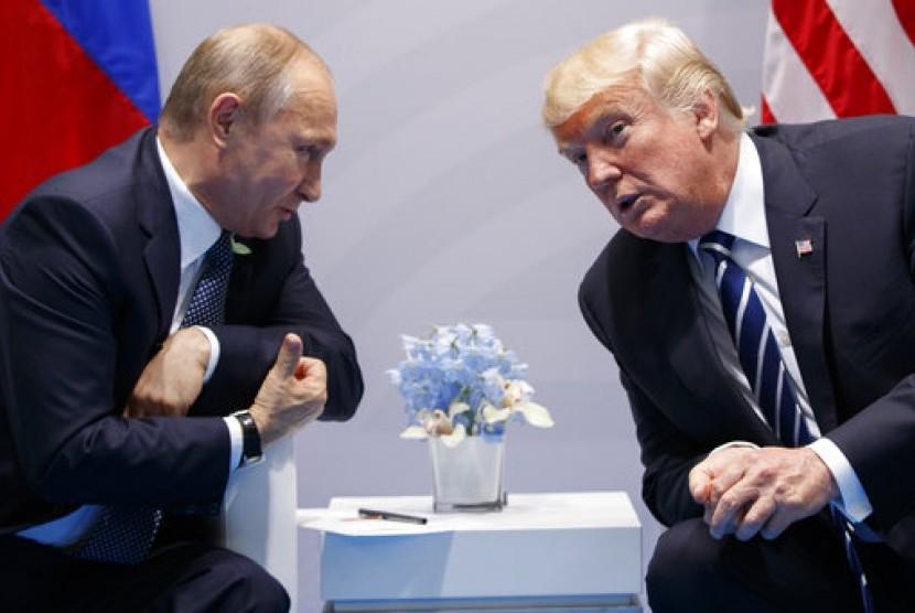 Presiden Rusia Vladimir Putin dan Presiden AS Donald Trump saat KTT G20 di Hamburg, 7 Juli 2017.
