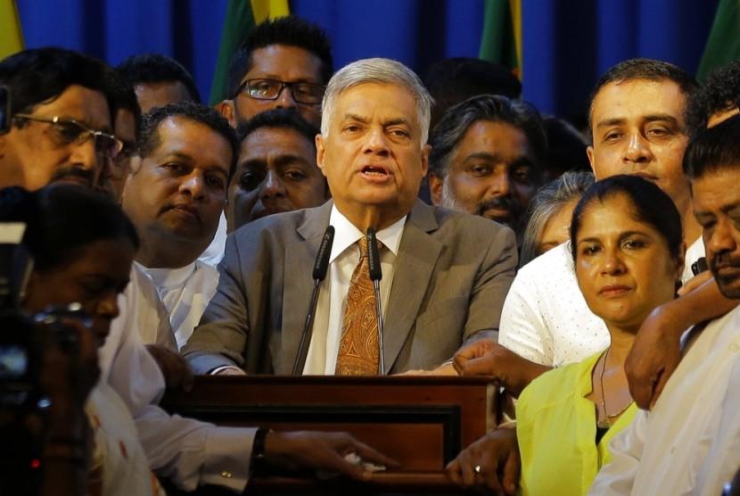 Presiden Sri Lanka Maithripala Sirisena mengambil sumpah Ranil Wickremesinghe menjadi perdana menteri, Ahad (16/12).