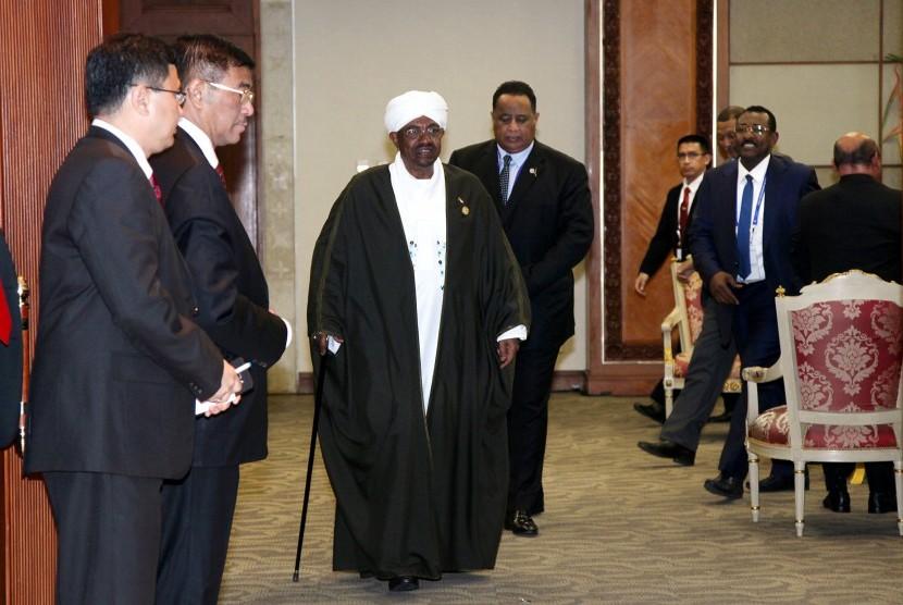 Presiden Sudan Omar al-Bashir (tengah)