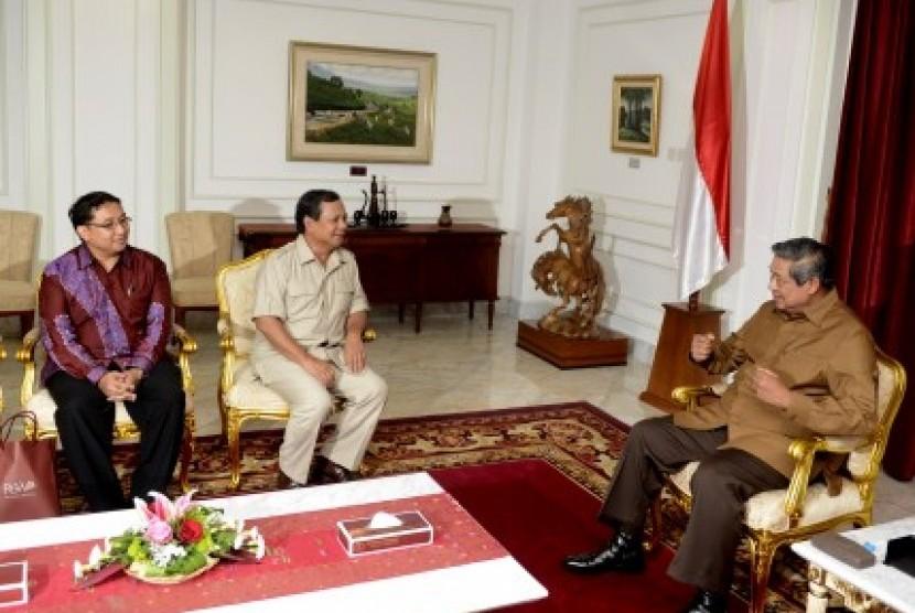 Presiden Susilo Bambang Yudhoyono (kanan) menerima Ketua Dewan Pembina Partai Gerindra Prabowo Subianto (tengah) dan Wakil Ketua umum Partai Gerindra Fadli Zon (kiri) di kantor presiden, Jakarta, Senin (11/3).